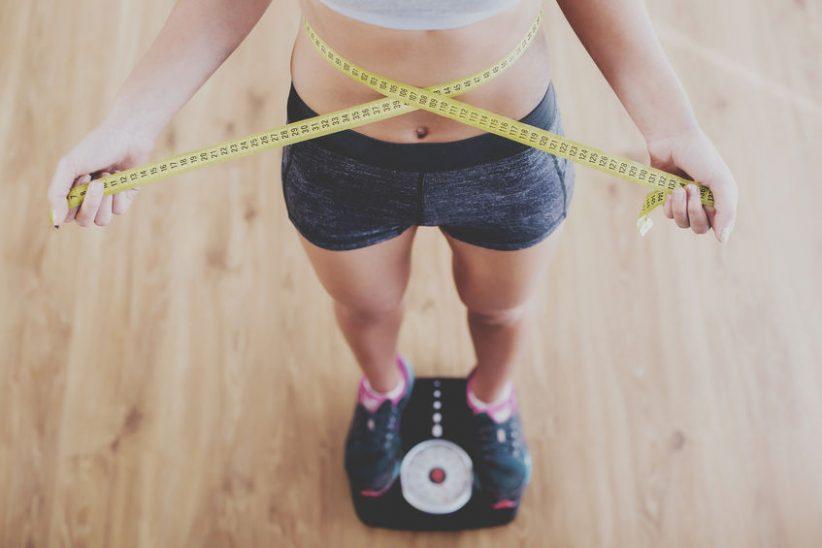 Kvinde på vægt og målebånd