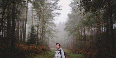 Dreng får frisk luft i skoven.