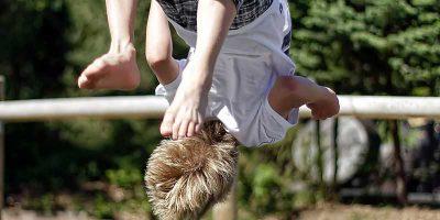 Dreng på trampolin